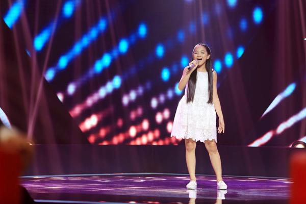 Cô bé Trần Khánh Linh gây sốt với tiết mục Run to you