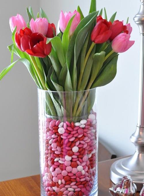 Lọ hoa trở nên thu hút hơn với tông màu đỏ - hồng.