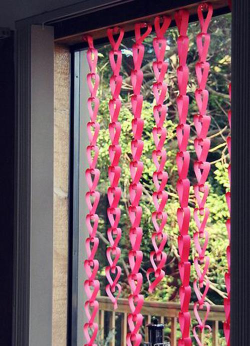 Rèm cửa độc đáo với những hình trái tim hồng rực.