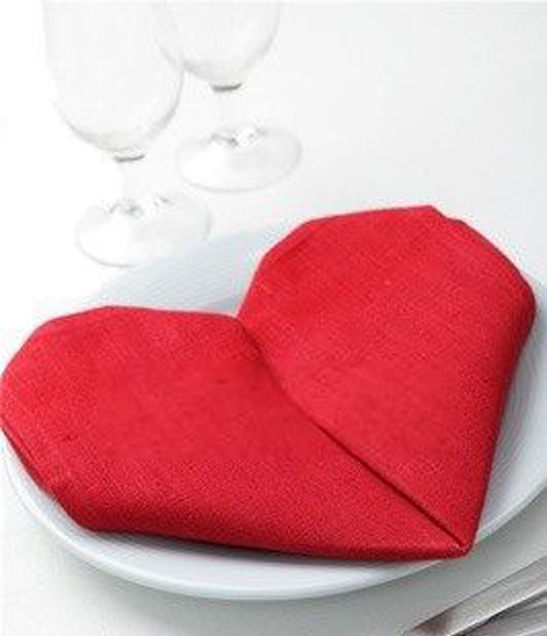 Khăn ăn được xếp thành hình trái tim.