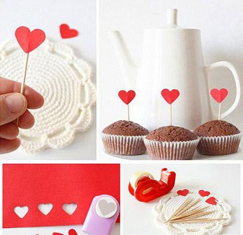 Tô điểm thêm cho những chiếc bánh ngọt bằng các que tăm đính trái tim.