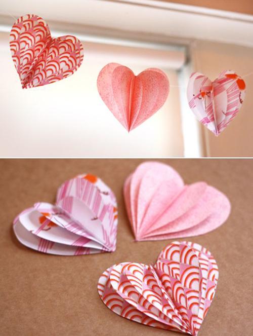Trái tim bằng giấy được treo bên cửa sổ.