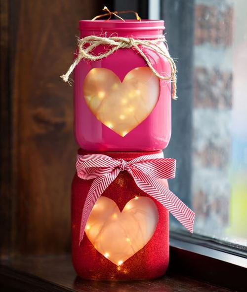 Những cây nến lung linh với lọ thủy tinh có giấy bọc hình trái tim.