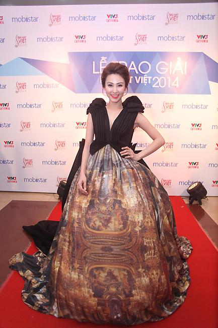 Diễn viên Ngân Khánh trong chiếc váy ấn tượng.