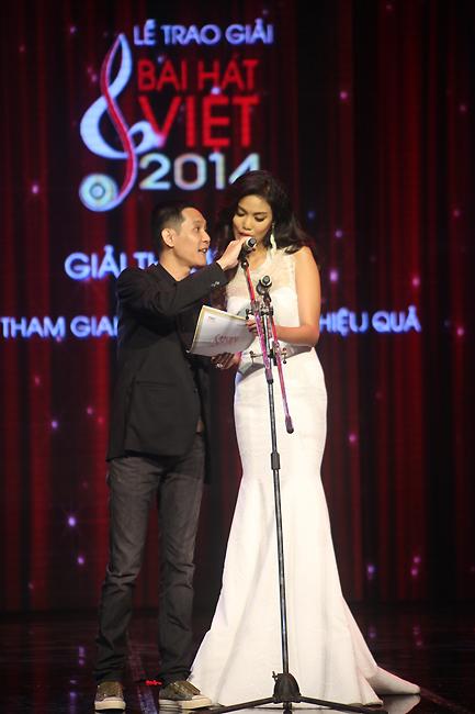 Nhạc sĩ Hoài Sa và siêu mẫu Lan Khuên công bố giải Nhạc sĩ Hòa âm phối khí hiệu quả.
