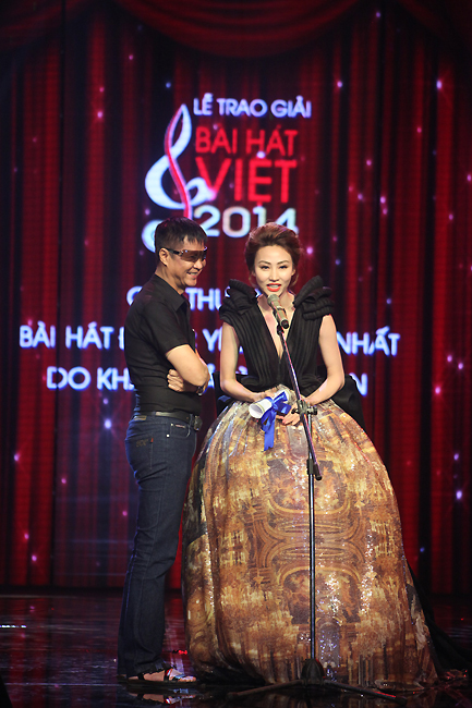 Đạo diễn Lê Hoàng và diễn viên Ngân Khánh công bố giải Bài hát được yêu thích nhất do khán giả bình chọn.