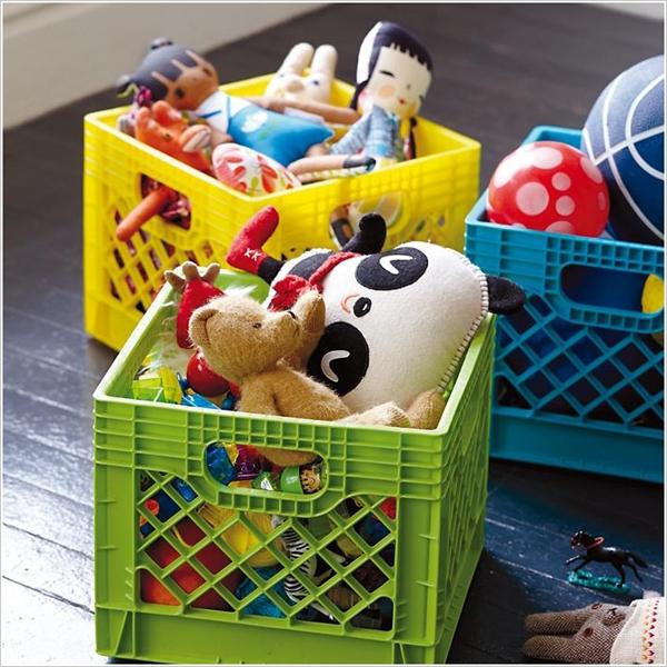 Những chiếc rổ nhựa to nhiều màu sắc giúp trẻ có hứng thú cất đồ hơn.