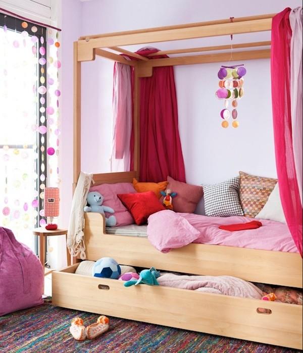 Gầm giường trở thành ngăn kéo lớn để cất chăn, nệm và những đồ chơi nhồi bông của trẻ.