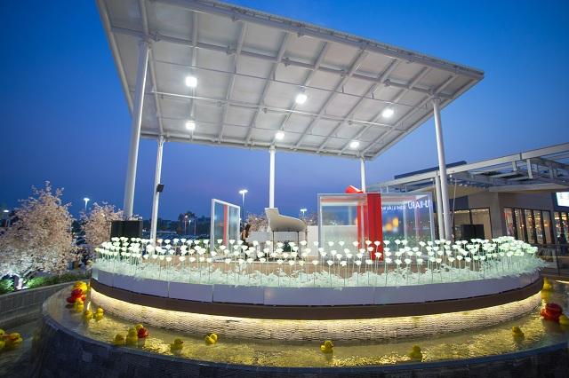 Hồ con vịt hay cây thông Noel,... là những địa điểm check in yêu thích của giới trẻ khi đến AEON Mall Long Biên