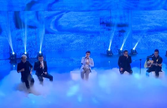 Ca sĩ Trung Quân Idol thể hiện ca khúc cùng F Band.