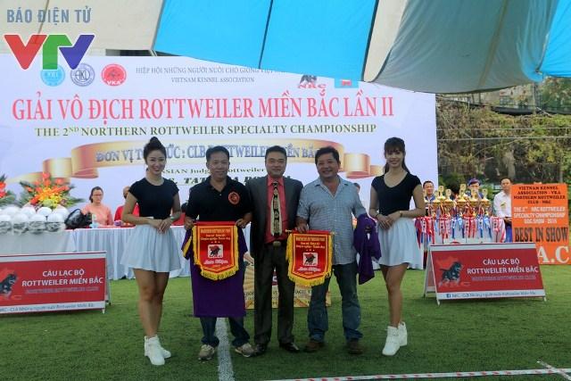 Chủ tịch CLB Rottweiler miền Bắc, ông Lê Anh Tuấn trao quà lưu niệm cho đại diện CLB chó Rottweiler TP. Hồ Chí Minh