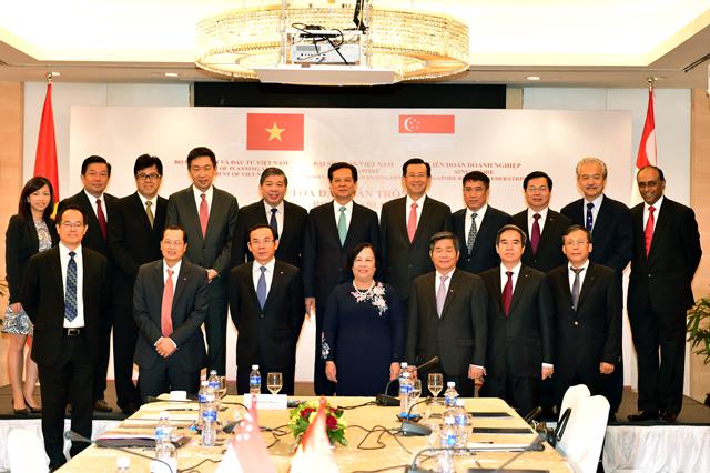 Thủ tướng Nguyễn Tấn Dũng và lãnh đạo các tập đoàn kinh tế Singapore.Ảnh VGP/Nhật Bắc