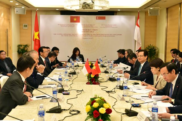 Thủ tướng Nguyễn Tấn Dũng dự tọa đàm với các doanh nghiệp hàng đầu Singapore. Ảnh VGP/Nhật Bắc