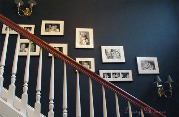 Khoảng tường trống ở cầu thang là nơi thích hợp để treo những bức ảnh gia đình. Bạn có thể treo những bức ảnh đen - trắng xen lẫn ảnh màu.