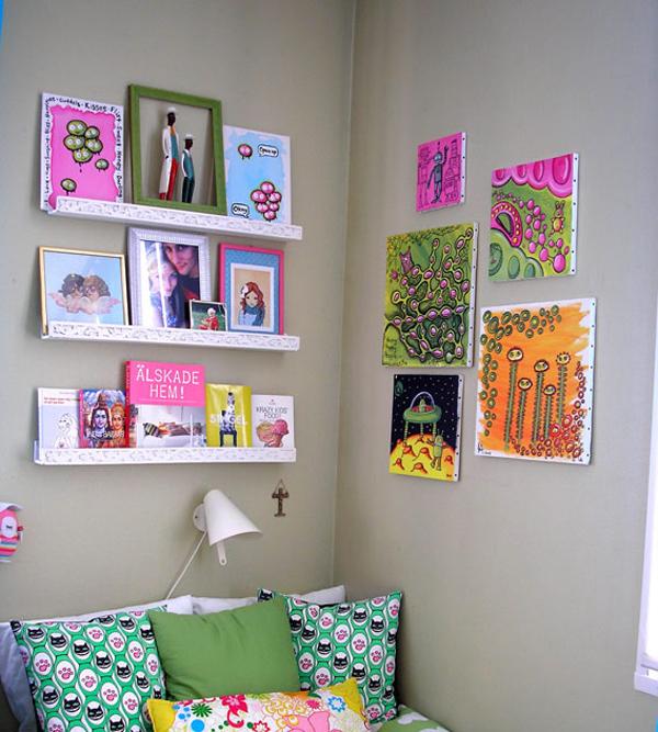 Nếu bạn là một người thích những tác phẩm nghệ thuật độc đáo, đừng quên trang trí tường bằng những tranh vẽ nhiều màu sắc rực rỡ.