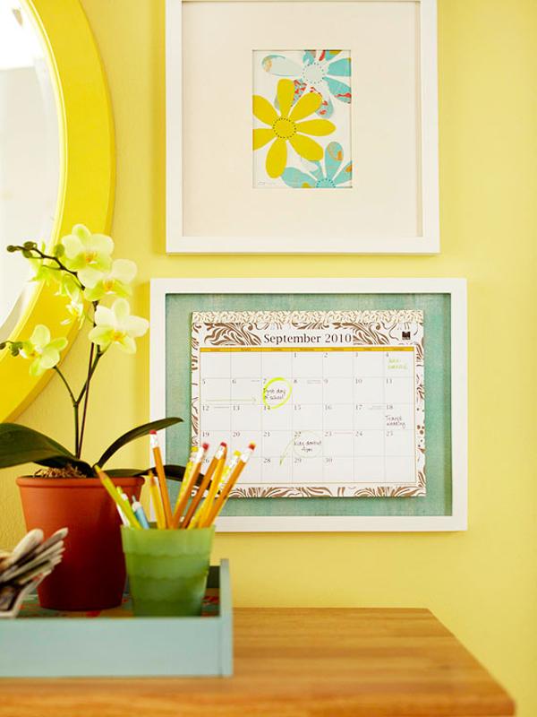 Lịch treo tường cũng là vật trang trí làm đẹp cho bức tường ở nhà bạn. Quan trọng là hãy lựa chọn quyển lịch hay tờ lịch có màu sắc và kiểu dáng phù hợp với không gian tường nhà.