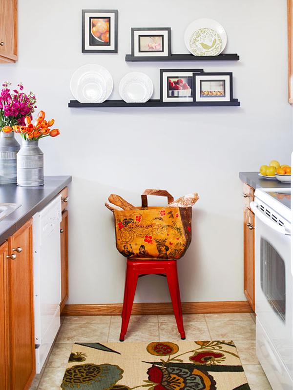 Để tận dụng khoảng tường trống cho căn bếp nhỏ xinh của bạn, hãy thử đóng một chiếc giá nhỏ và bày những đĩa có hoa văn đẹp mắt lên đó, căn bếp sẽ trở nên đỡ nhàm chán hơn.