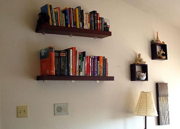 Căn phòng của bạn sẽ đỡ buồn tẻ hơn với những chiếc giá sách nhỏ gọn treo tường hay những chiếc giá bày các đồ trang trí lạ mắt.