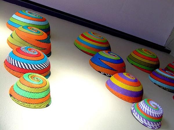 Những đồ thủ công mỹ nghệ bằng các chất liệu như mây, tre... ngoài tác dụng bày biện thông thường, bạn có thể sáng tạo bằng cách tô điểm cho chúng bằng nhiều màu sắc và treo lên tường.