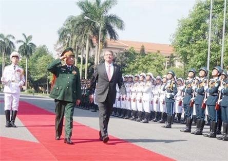 Bộ trưởng Phùng Quang Thanh và Bộ trưởng Ashton Carter duyệt đội danh dự QĐND Việt Nam. Ảnh: Báo Quân đội nhân dân