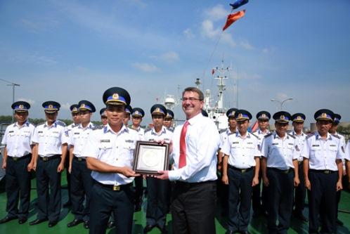 Bộ trưởng Quốc phòng Hoa Kỳ Ashton Carter thăm, nói chuyện và tặng quà cán bộ, chiến sĩ tàu CSB 8003. Ảnh Canhsatbien.vn