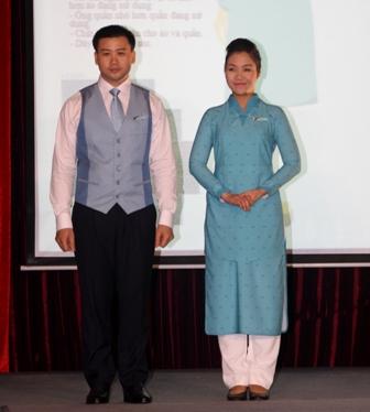 Đồng phục mới của phi công, tiếp viên Vietnam Airlines do nhà thiết kế Minh Hạnh chủ trì thiết kế.