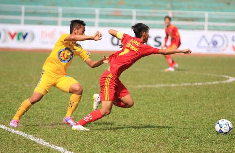 U17 Đồng Tháp (đỏ) có trận đấu lấn lướt trước U17 TP.HCM.