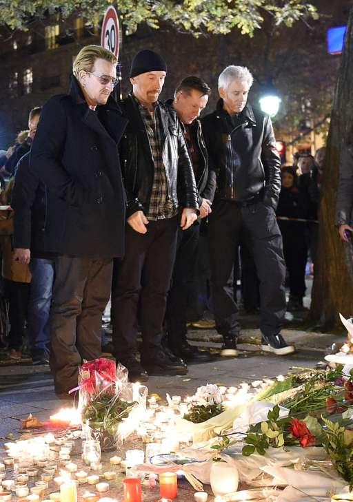 Các thành viên của U2 tưởng niệm những nạn nhân thiệt mạng trong vụ khủng bố tại Paris tối 13/11. (Ảnh: BBC)