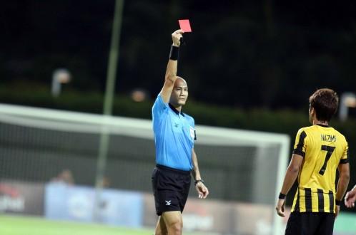 Mansor Nazmi Faiz lĩnh thẻ đỏ ngay ở phút 32.