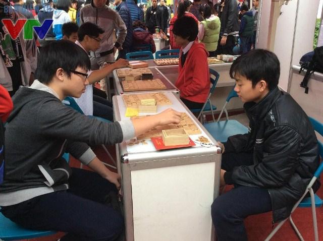 Bắn cung, chơi cờ và nhiều trò chơi dân gian được tổ chức