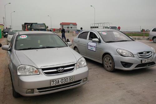Các xe được thử nghiệm, xe có dán thẻ (bên trái), xe không dán thẻ (bên phải)