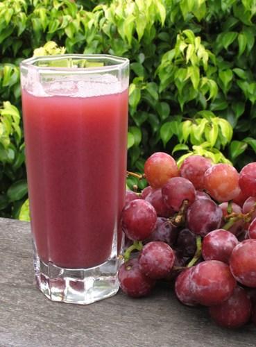 Chất quenetin trong nước nho đỏ có tác dụng ngăn ngừa sự kết tụ máu, phòng chống được bệnh tim mạch. Trong phòng thí nghiệm, chất resveratrol trong nước nho đỏ đã được chứng minh có những hoạt tính kháng ung thư.