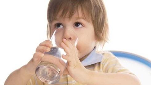 Cho trẻ uống đủ nước, nhất là nước ấm, sẽ giúp trẻ bớt ho
