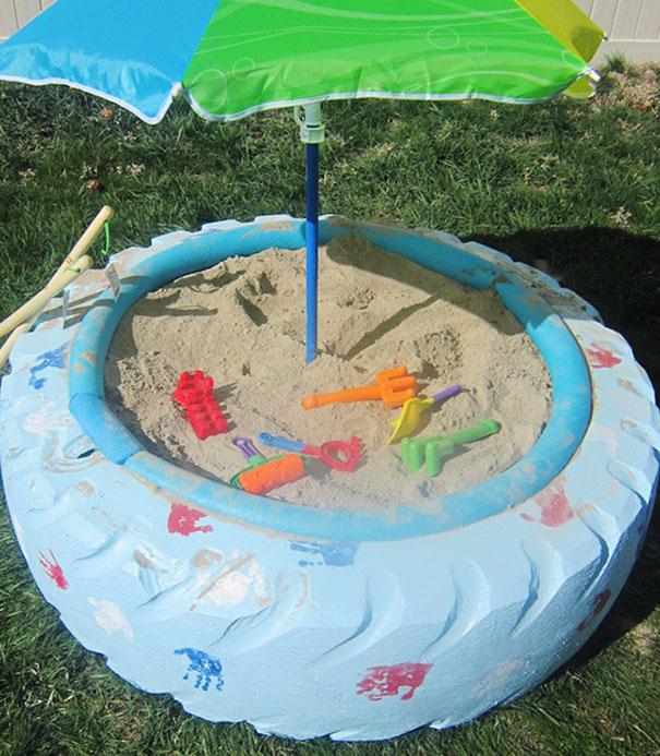 Lốp xe được biến hóa thành bể cát dành cho trẻ nhỏ.