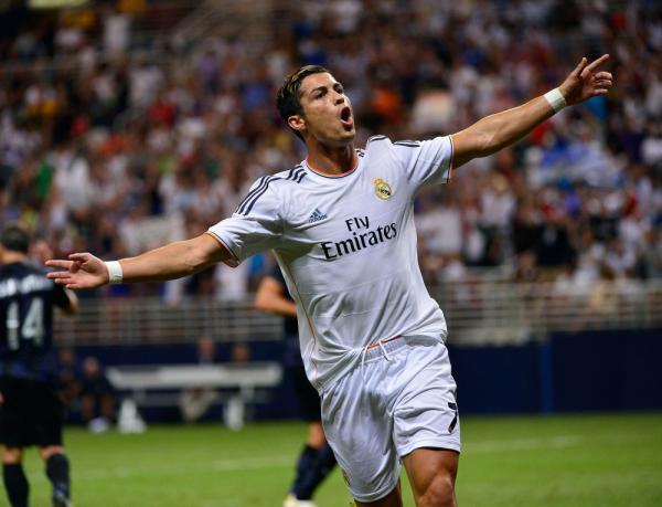 Cristiano Ronaldo tạo dựng tên tuổi của mình tại Man Utd trước khi gia nhập Real Madrid với giá trị kỷ lục 80 triệu bảng vào năm 2009. Đến nay, anh sở hữu 3 danh hiệu Quả bóng vàng và đã có một cậu con trai 4 tuổi.