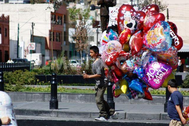 Những quả bóng tình yêu đầy màu sắc được bán nhiều trên đường phố Mexico vào ngày Valentine.