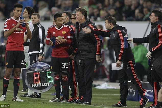 HLV Van Gaal vẫn ra sức bảo vệ học trò và Man Utd dù bị loại khỏi Champions League.
