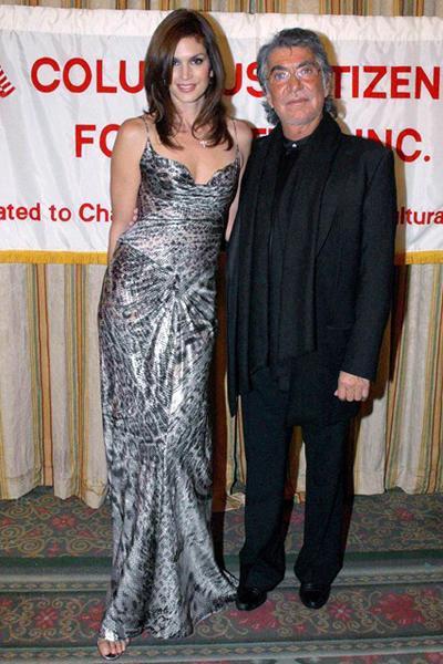Cindy Crawford mặc chiếc váy da báo màu bạc trong một lần gặp gỡ với NTK Roberto Cavalli tại New York.