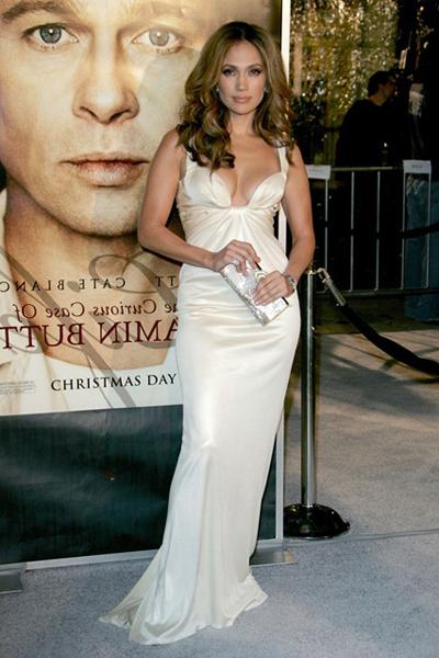 Jennifer Lopez duyên dáng với váy Cavalli trắng trễ nải ở buổi ra mắt bộ phim The Curious Case of Benjamin Button.