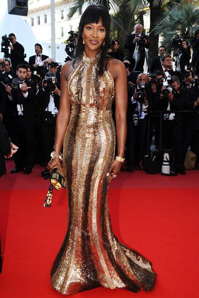 Naomi Campell tạo dáng trên thảm đỏ LHP Cannes 2010 với váy Cavalli vàng rực rỡ.