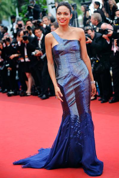 Rosario Dawson gây ấn tượng trong bộ váy ánh tím của Cavalli ở LHP Cannes.