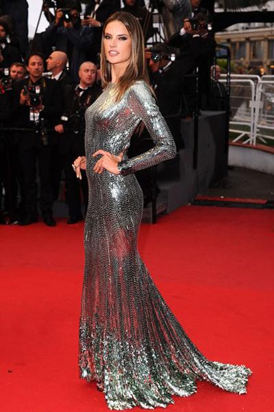 Chân dài Alessandra Ambrosio xuất hiện ở LHP Cannes 2013 với váy Cavalli màu bạc lấp lánh.