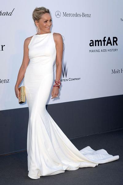 Sharon Stone mặc đầm Cavalli trắng đơn giản nhưng tinh tế.
