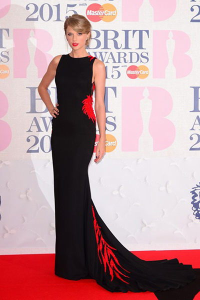 Taylor Swift với váy Cavalli đen - đỏ ở Lễ trao giải âm nhạc BRIT 2015.