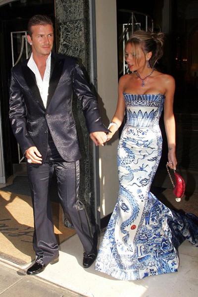 Victoria diện váy Cavalli mang dấu ấn của Phương Đông, cùng chồng đến tham dự một bữa tiệc của Elton John.