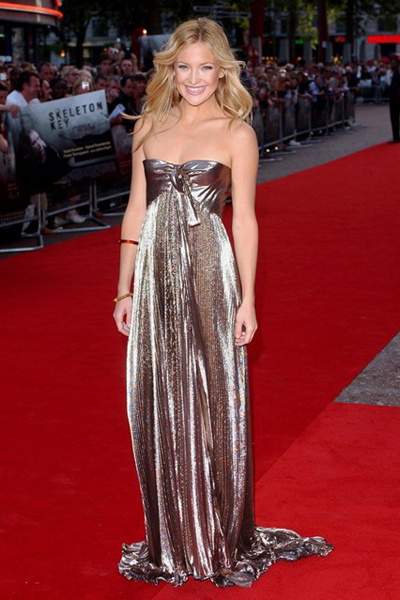 Kate Hudson mang đầm cúp ngực nổi bật ở buổi ra mắt bộ phim The Skeleton Key.
