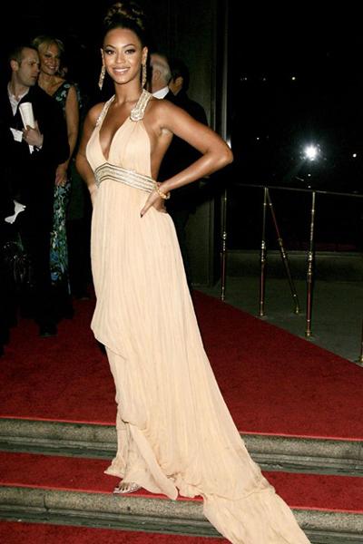 Beyonce nhẹ nhàng với váy Cavalli màu nude trong một buổi từ thiện ở New York.