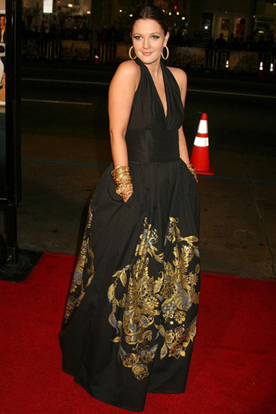 Drew Barrymore diện đầm Cavalli đen với hoa văn làm điểm nhấn trong buổi ra mắt phim Music and Lyrics ở Los Angeles.