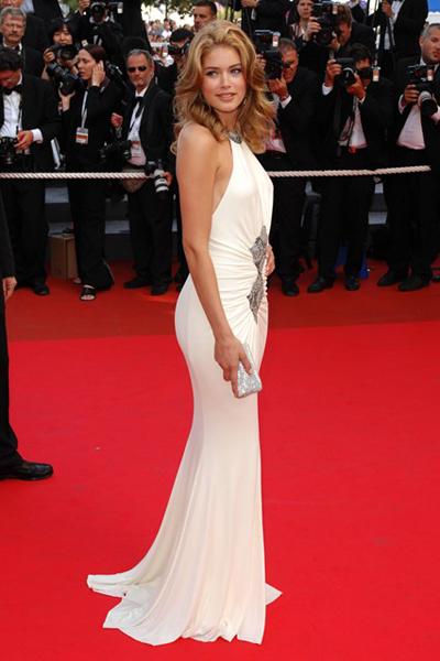 Doutzen Kroes khoe dáng cực chuẩn với váy Cavalli ở LHP Cannes năm 2007.
