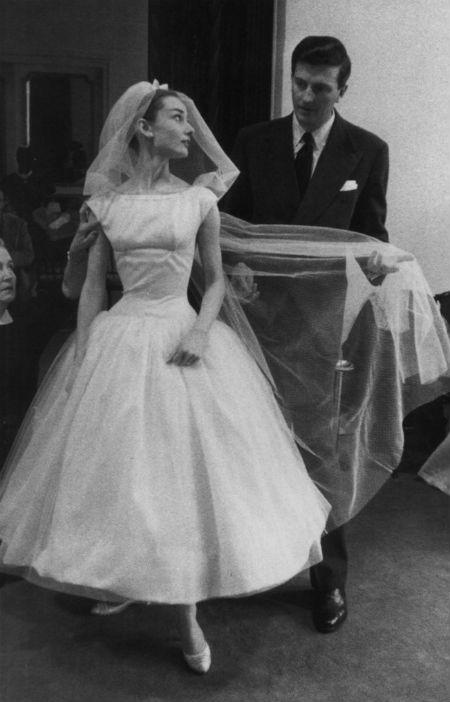 Không chỉ là biểu tượng của vẻ đẹp trên màn bạc Hollywood một thời, nữ diễn viên Audrey Hepburn còn là biểu tượng của thời trang. Bà từng xuất hiện với dáng vẻ nhỏ nhắn trong bộ váy cưới xinh xắn ở bộ phim Funny Face.